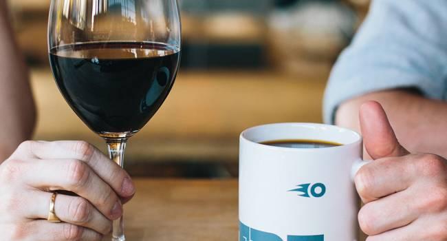 «Это просто аморально»: медик раскритиковал рекомендации по употреблению красного вина и кофе