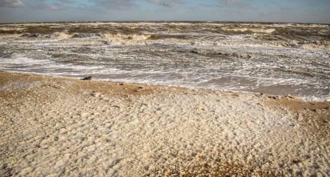 Побережье полностью замерзло: В сети показали, как после шторма выглядит Азовское море