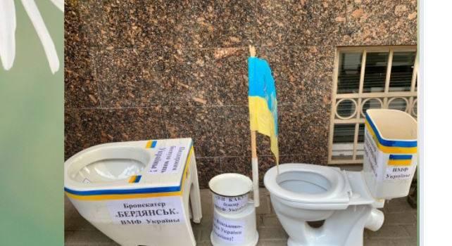 «Два унитаза, горшок и ведро с флагом»: Россияне принесли к посольству Украины гуманитарную помощь