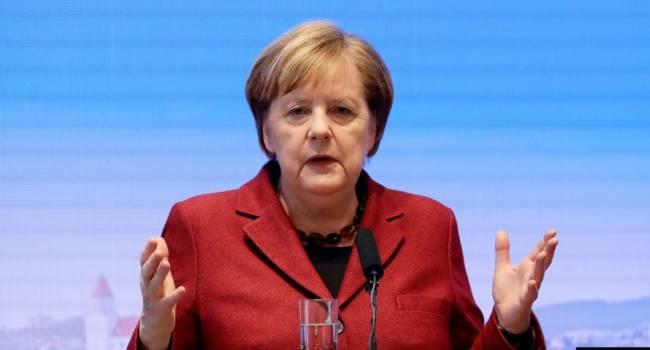 «Шла к кафедре для выступления и упала»: В Германии произошел конфуз с Меркель