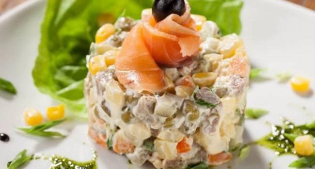 Лучшие салаты на Новый год: Деликатесный «Оливье» с семгой и авокадо