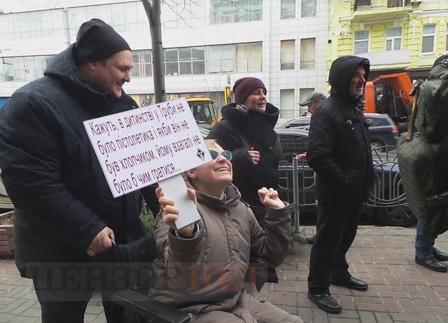 Волонтер Звиробий пришла на допрос в ГБР: ее поддержали участники митинга