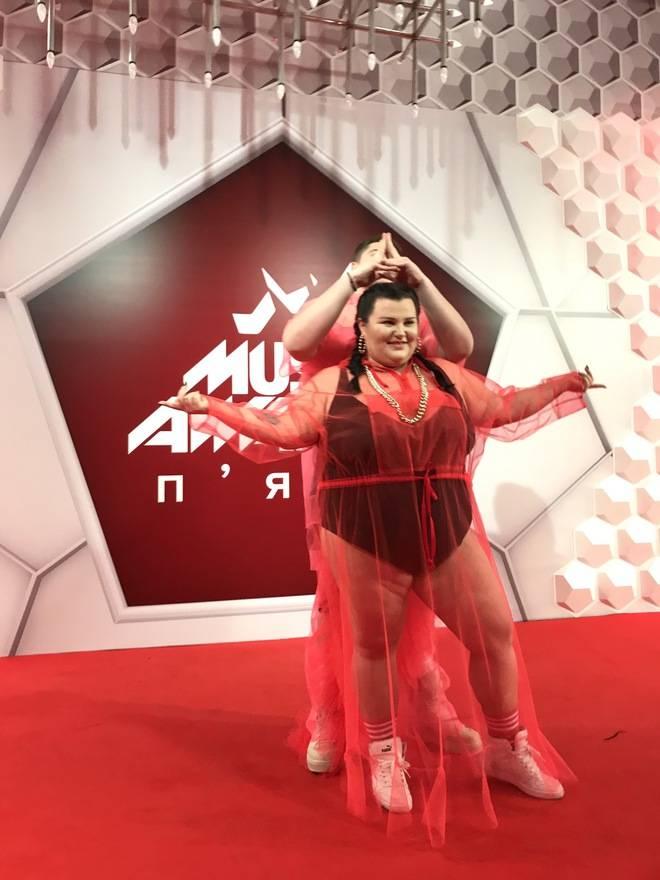 ШОК! alyona alyona пришла на красную дорожку в прозрачном платье