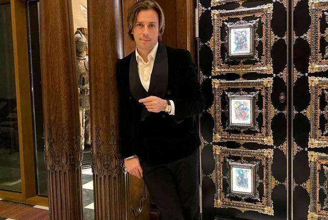 Максим Галкин указал журналистам на «волшебную дверь»