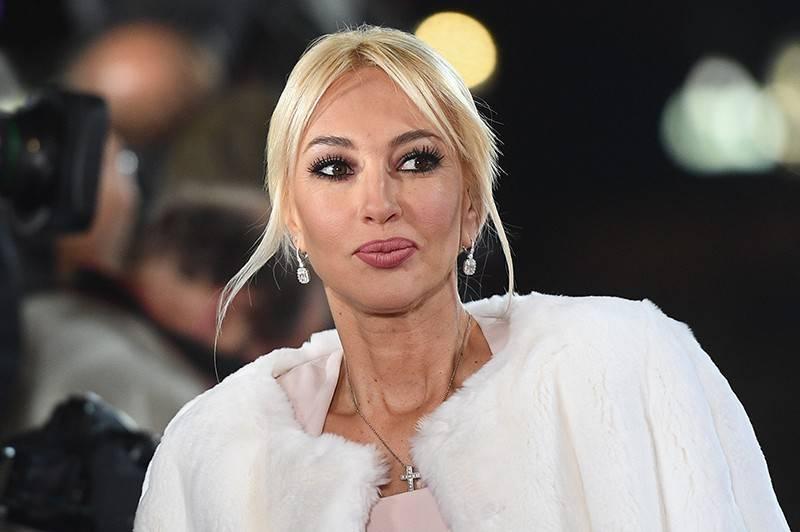 48-летняя Лера Кудрявцева показалась поклонникам растолстевшей и с опухшим лицом