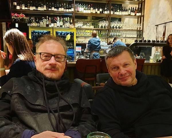 «Зачем я вижу эту исключительную мерзость?»: известный политолог похвастался фото с Соловьевым, нарвавшись на критику в сети