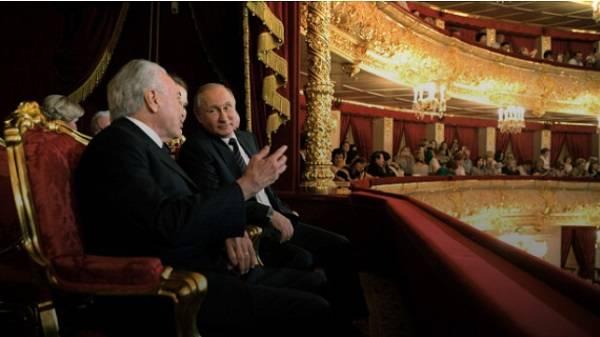 «Опять штаны к ушам прицепили, чтобы не сползали»: Путин посетил театр и громко оконфузился