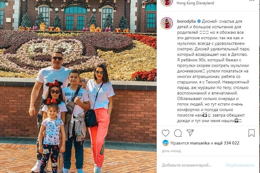 «Очень красивая семья»: Ксения Бородина умилила сеть фото с мужем и детьми