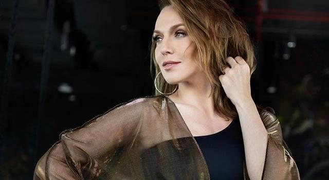 «Женщина легкого поведения»: Джанабаева позировала у окна в колготах и пиджаке, чем разделила мнение поклонников