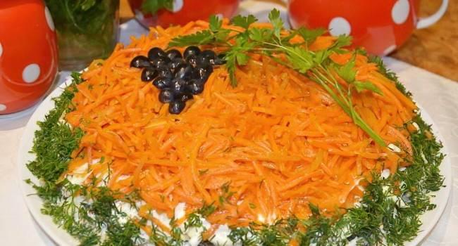 Диетические блюда на Новый год: нежный салат с куриной грудкой и сыром