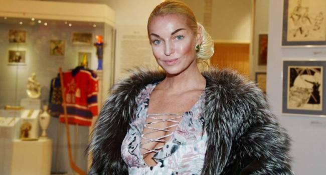 Волочкова продемонстрировала стареющую фигуру в полупрозрачном наряде, не побрезговав фотошопом