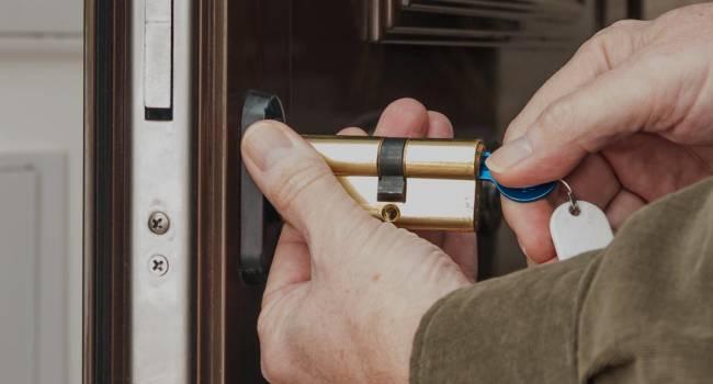 Депутаты планируют разрешить коммунальщикам взламывать двери жилища должников без согласия владельцев