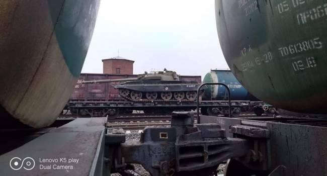 «Едут на Донбасс»: В Сети опубликовали фото эшелонов с большим количеством танков