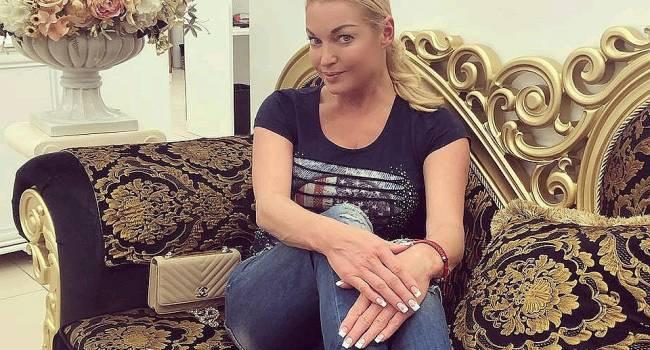 «Смешно и страшно, Вам не 20 лет»: Волочкова показала домашнее фото, представ перед камерой без штанов