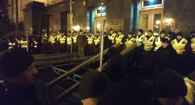 Полицейские без разговоров разобрали сцену перед ОП, отобрали палатки у активистов «Движения сопротивления капитуляции»