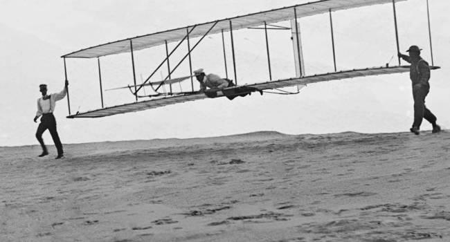 Первый полет на самолете, кто совершил и когда?