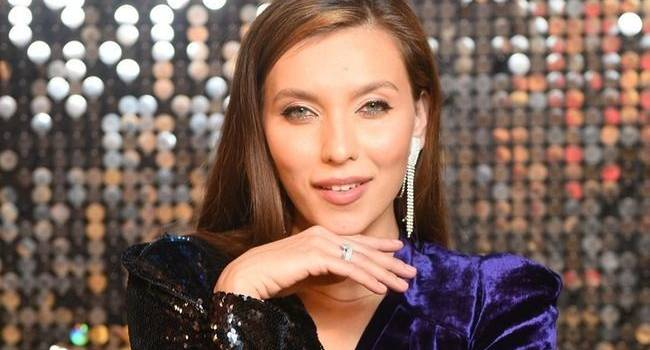 «Вся травля падает на плечи обычных певцов, которые не разбираются в этом всем»: Регина Тодоренко расплакалась во время интервью, заявив, что ее Родина РФ
