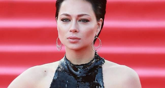 «Не видишь что ли, я без лифчика!» Самбурская наделала шороху в сети стильным фото без белья