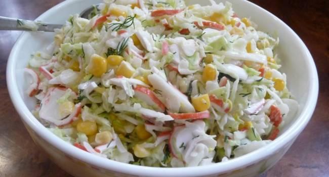 Новогодние рецепты: легкий салат с кукурузой и пекинской капустой