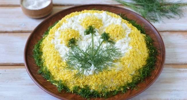 Традиционный новогодний стол: популярный салат «Мимоза» с консервированной рыбой