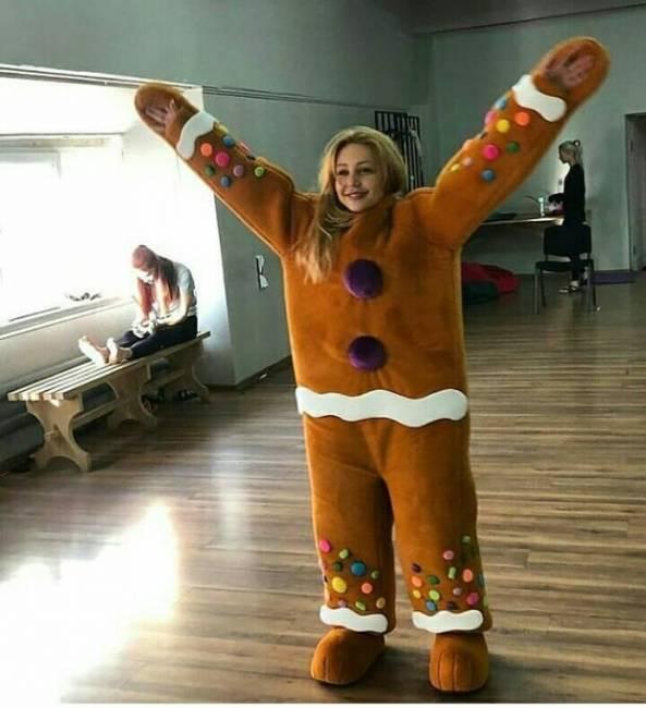 Тина Кароль примеряла костюм рождественского пряника, чем насмешила сеть