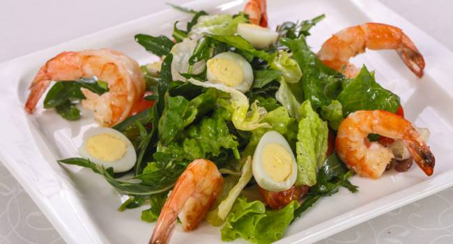Новогодние деликатесы: рецепт салата с креветками и авокадо