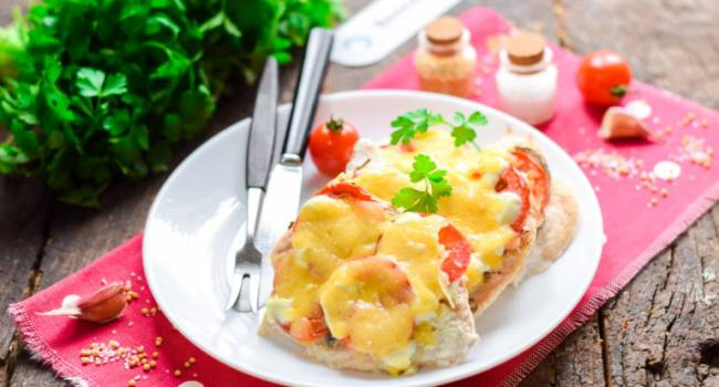 Лучшие диетические блюда на Новый год: курица с сыром по-итальянски
