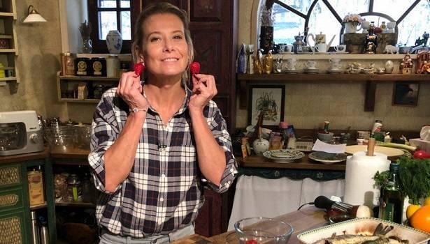 «Женщина редкой внешности»: Юлия Высоцкая поделилась фото, на котором позирует без макияжа и укладки