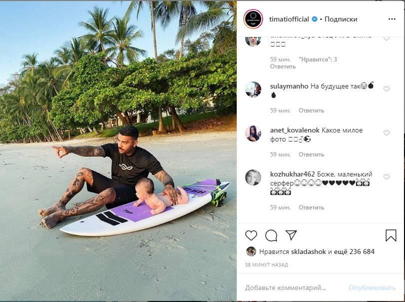 Тимати показал своего 3-месячного сына на доске для серфинга, засветив лицо младенца