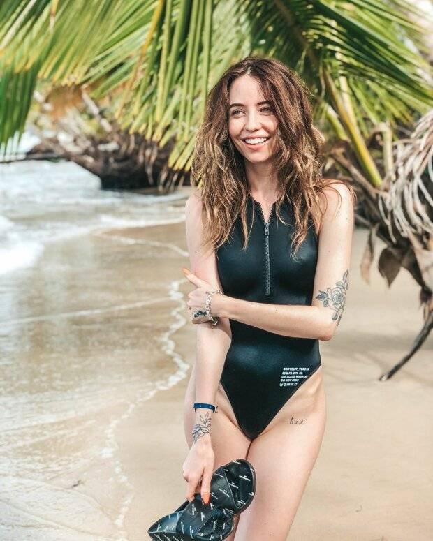 Надя Дорофеева показала интимную татуировку