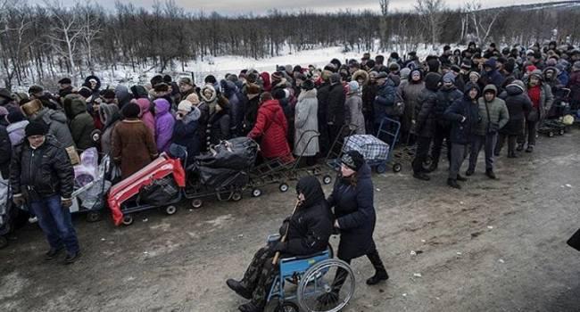 «Тікають, немов від чуми»: На КПВВ в Горлівці небувалі черги