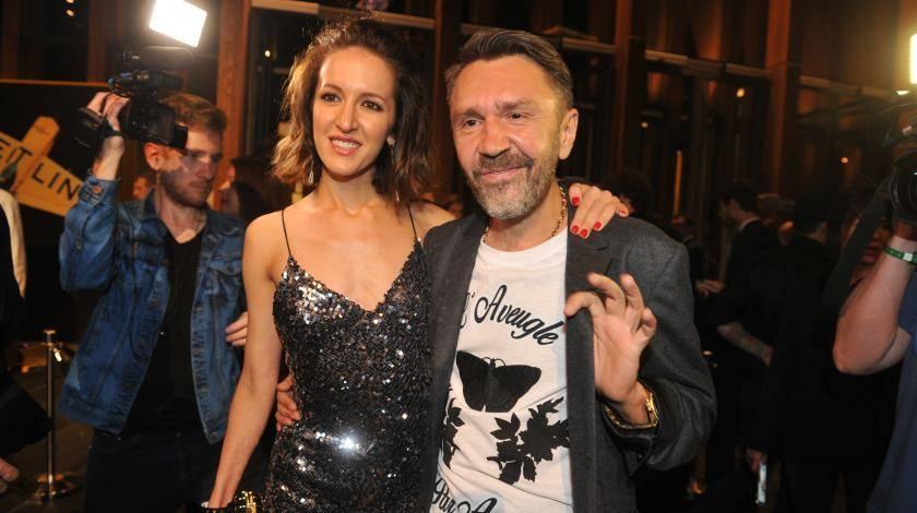 Экс-супруга Сергея Шнурова вышла с свет с неизвестным мужчиной, «наделенным» пивным животом и грязными волосами