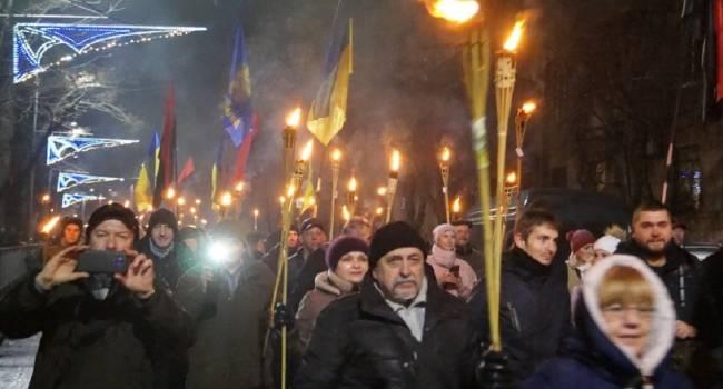«Помним, что мы – потомки своих героев»: В Днепре прошло масштабное факельное шествие в честь Бандеры