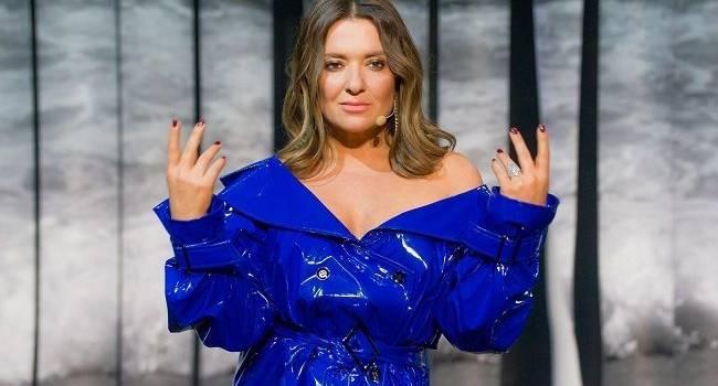 «Единственная, кто еще не сошла с ума и похожа все еще сама на себя»: Наталья Могилевская похвасталась роскошными ногами в пикантном платье