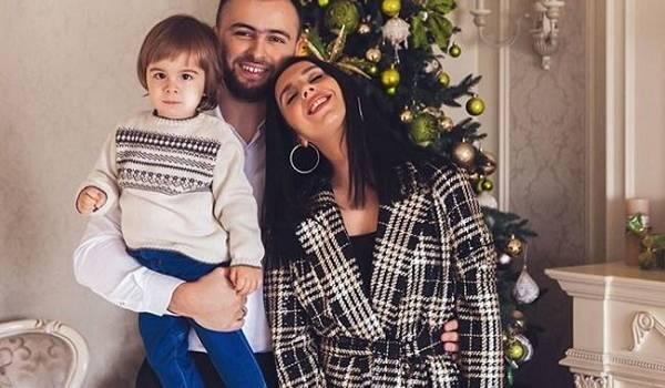 «Сынок у вас такой забавный»: Джамала порадовала поклонников милой рождественской фотосессией