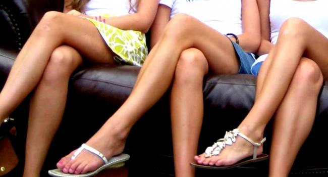 «Риски образования тромбов и проблемы с позвоночником»: Медики объяснили, почему не стоит сидеть, закинув ногу за ногу