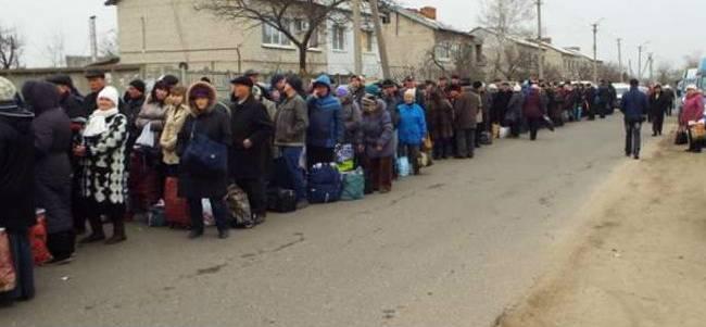 «37,8 тысячи человек и 4500 автомобилей»: На КПВВ «Марьинка» очередь «до небес»