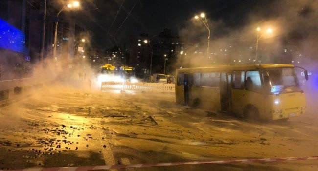Резонансное ЧП в Киеве: ТРЦ затопило кипятком, а маршрутка провалилась под асфальт, откуда фонтаном бьет вода