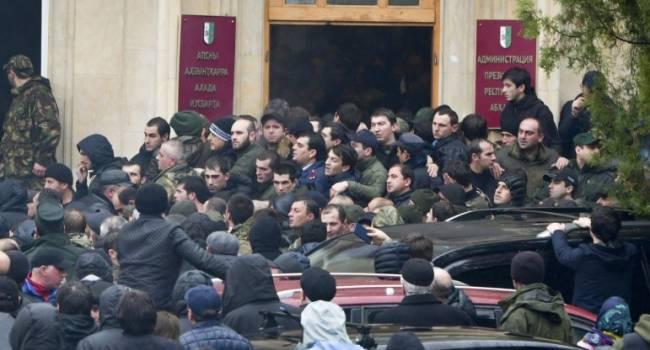 Одним из организаторов митингов, требующих отставки власти Абхазии, стал «Герой ДНР», полевой командир по кличке Абхаз, – журналист