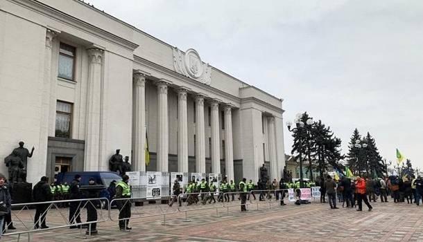 Участники протеста в центре Киева перекрыли движение