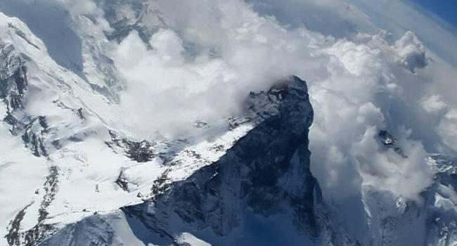 Жертвами мощных лавин в Гималаях стали уже более 100 человек