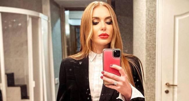 «Секси»: Слава Каминская засветила упругую грудь в прозрачном платье