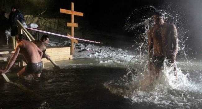 «Чтобы не простудиться»: эксперты рассказали, как нужно купаться в проруби