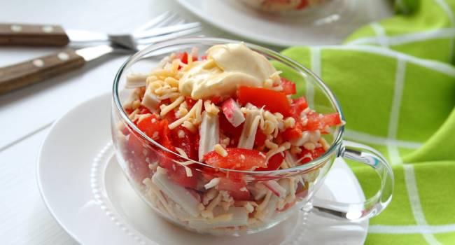 Быстро и вкусно: рецепт салата с томатами и крабовыми палочками