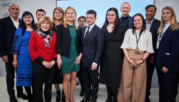 Зеленский совершил визит в Украинский дом в Давосе