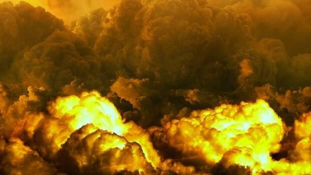 Під Донецьком пролунав потужний вибух, все горить і валить чорний дим