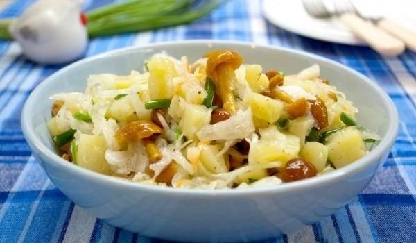 Дешево и вкусно: салат с грибочками и картошкой