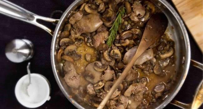 Настоящие зимние блюда: рецепт печени с грибами