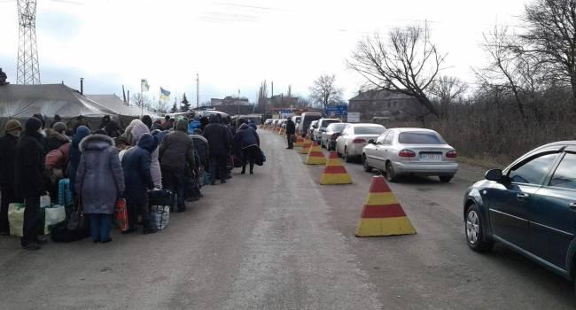 «Сотни машин в очереди, тупо все стоят»: На КПВВ в Горловке критическая ситуация