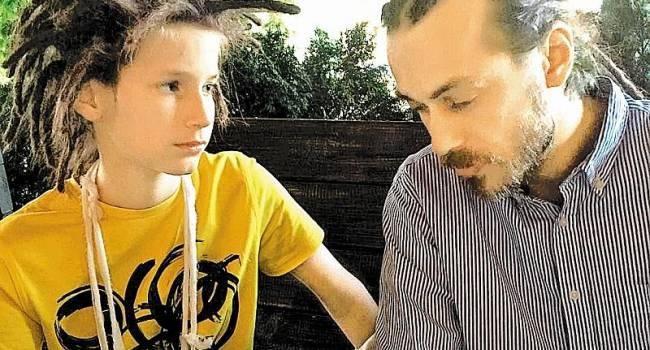 Сын Децла прекратил общение со своей бабушкой после появления ее на телевидении